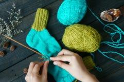 Οι κάλτσες, γυναικείες κάλτσες, χειμώνας, πλέκουν, χειροποίητος Στοκ Φωτογραφίες