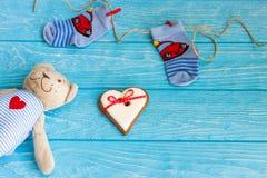 Οι κάλτσες μωρών στη γραμμή ενδυμάτων, καρδιά μελοψωμάτων και αντέχουν Στοκ Φωτογραφίες