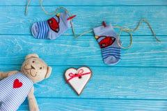 Οι κάλτσες μωρών στη γραμμή ενδυμάτων, καρδιά μελοψωμάτων και αντέχουν Στοκ εικόνες με δικαίωμα ελεύθερης χρήσης