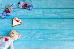 Οι κάλτσες μωρών στη γραμμή ενδυμάτων, καρδιά μελοψωμάτων και αντέχουν Στοκ φωτογραφίες με δικαίωμα ελεύθερης χρήσης