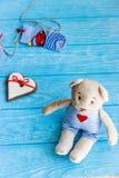 Οι κάλτσες μωρών στη γραμμή ενδυμάτων, καρδιά μελοψωμάτων και αντέχουν Στοκ εικόνα με δικαίωμα ελεύθερης χρήσης