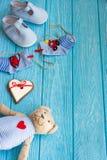 Οι κάλτσες μωρών στη γραμμή ενδυμάτων, καρδιά μελοψωμάτων και αντέχουν Στοκ φωτογραφία με δικαίωμα ελεύθερης χρήσης