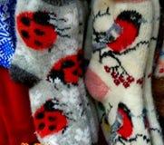 Οι κάλτσες που συνδέονται με τα χέρια γυναικών ` s Στοκ Εικόνα