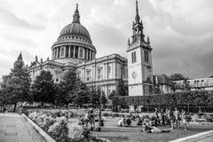 Οι κήποι του καθεδρικού ναού του ST Pauls στο Λονδίνο - μεγάλη θέση που χαλαρώνει - ΛΟΝΔΊΝΟ - ΜΕΓΆΛΗ ΒΡΕΤΑΝΊΑ - 19 Σεπτεμβρίου 20 Στοκ Εικόνες