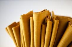 Οι κίτρινες πετσέτες κλείνουν επάνω απομονωμένος στοκ φωτογραφία