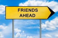 Οι κίτρινοι φίλοι έννοιας οδών υπογράφουν μπροστά Στοκ Φωτογραφίες