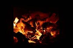 Οι καίγοντας άνθρακες στο φούρνο στοκ εικόνα