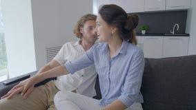 Οι καλές ειδήσεις για την εγκυμοσύνη, νέο ευτυχές κορίτσι λένε τον τύπο για expectant και βάζουν τα χέρια στα tummy και μελλοντικ απόθεμα βίντεο