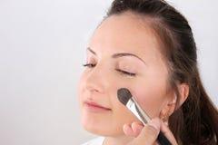 Οι καλλιτέχνες σύνθεσης εφαρμόζουν makeup το μοντέλο στοκ φωτογραφία με δικαίωμα ελεύθερης χρήσης