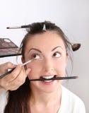 Οι καλλιτέχνες σύνθεσης εφαρμόζουν makeup το μοντέλο στοκ εικόνα με δικαίωμα ελεύθερης χρήσης