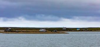 Οι καλύβες διαστίζουν την αρκτική ωκεάνια ακτή NWT Καναδάς στοκ φωτογραφία