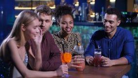 Οι καλύτεροι φίλοι που κουβεντιάζουν στο φραγμό παρουσιάζουν με τα ποτά απόθεμα βίντεο