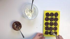 Οι καλύψεις γυναικών με τη σοκολάτα, που γεμίζουν με τη μαζική μορφή στάρπης Δίπλα στον πίνακα είναι συστατικά για το μαγείρεμα ε απόθεμα βίντεο