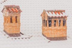 Οι καπνοδόχοι ενός σπιτιού κατά τη διάρκεια βαριών χιονοπτώσεων Στοκ φωτογραφία με δικαίωμα ελεύθερης χρήσης