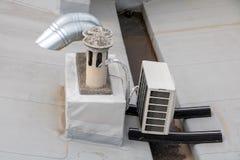 Οι καπνοδόχοι με τα κλιματιστικά μηχανήματα στοκ φωτογραφίες