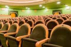 Οι καρέκλες στην αίθουσα συνεδριάσεων Εγκαταλειμμένη αίθουσα Στοκ Φωτογραφία