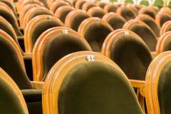 Οι καρέκλες στην αίθουσα συνεδριάσεων Εγκαταλειμμένη αίθουσα Στοκ Εικόνες