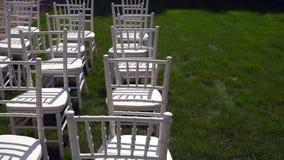 Οι καρέκλες Chiavari επιδεικνύονται στο χορτοτάπητα φιλμ μικρού μήκους
