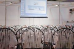 Οι καρέκλες στη αίθουσα συνδιαλέξεων Στοκ εικόνα με δικαίωμα ελεύθερης χρήσης