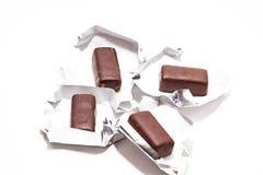 Οι καραμέλες σοκολάτας στο άσπρο υπόβαθρο κλείνουν επάνω στοκ εικόνα