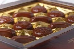 Οι καραμέλες σοκολάτας στο κιβώτιο, κλείνουν επάνω την άποψη σχετικά με τον άσπρο πίνακα στοκ εικόνα με δικαίωμα ελεύθερης χρήσης