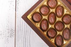 Οι καραμέλες σοκολάτας στο κιβώτιο, κλείνουν επάνω την άποψη σχετικά με τον άσπρο πίνακα στοκ φωτογραφία με δικαίωμα ελεύθερης χρήσης