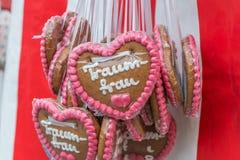Οι καρδιές μελοψωμάτων σε ένα λαϊκό φεστιβάλ με τις γερμανικές λέξεις †«ονειρεύονται τη γυναίκα, Γερμανία Στοκ Εικόνες