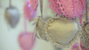 Οι καρδιές διακοσμήσεων κρεμούν από το δέντρο Δυναμική αλλαγή της εστίασης κλείστε επάνω απόθεμα βίντεο