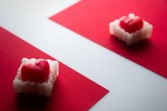 Οι καρδιές κεριών σε ένα κόκκινο πηγαίνουν ζιγκ-ζαγκ κόκκινο λευκό, διάστημα για το κείμενο Στοκ Εικόνα