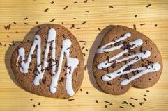 Οι καρδιές μελοψωμάτων με τη σοκολάτα ψεκάζουν Στοκ εικόνα με δικαίωμα ελεύθερης χρήσης