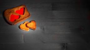 Οι καρδιές που αποκόπτουν από τη σίκαλη τηγάνισαν το ψωμί στους γκρίζους πίνακες Στοκ φωτογραφίες με δικαίωμα ελεύθερης χρήσης