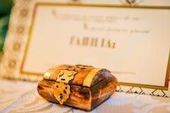 οι καρδιές δώρων κομψότητας ανασκόπησης οδοντώνουν το ρομαντικό γάμο συμβόλων Στοκ Εικόνα