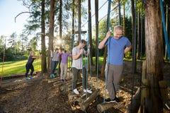 Οι κατάλληλοι επιχειρηματίες που διασχίζουν την ταλάντευση συνδέονται το δάσος Στοκ φωτογραφία με δικαίωμα ελεύθερης χρήσης