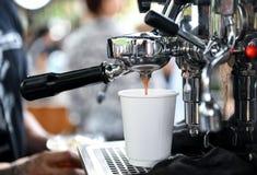Οι κατασκευαστές καφέ με παίρνουν μαζί το φλυτζάνι στοκ εικόνα με δικαίωμα ελεύθερης χρήσης