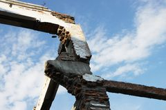 Οι καταστροφές βιομηχανικού του σύνθετου βουνό-συγκέντρωσης (κυβέρνηση της Κένυα) στο χωριό Tuim Στοκ φωτογραφίες με δικαίωμα ελεύθερης χρήσης