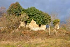 Οι καταστροφές ενός αρχαίου κτηρίου στο χωριό Otkhara Αμπχαζία Στοκ φωτογραφία με δικαίωμα ελεύθερης χρήσης