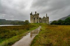 Οι καταστροφές ιστορικού Kilchurn Castle και άποψη στο δέο λιμνών στοκ εικόνες