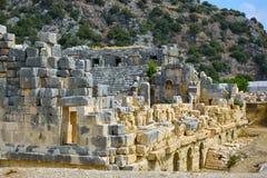 Οι καταστροφές της αρχαίας πόλης της Mira είναι τα κεφάλαια του βασίλειου Lycian Οι καταστροφές του ελληνορωμαϊκού αμφιθεάτρου στοκ εικόνα με δικαίωμα ελεύθερης χρήσης