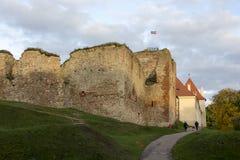 Οι καταστροφές της διαταγής Castle Livonia χτίστηκαν στο μέσο του 15ου αιώνα Μπαούσκα Λετονία το φθινόπωρο Λετονική σημαία Στοκ φωτογραφία με δικαίωμα ελεύθερης χρήσης