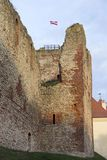 Οι καταστροφές της διαταγής Castle Livonia χτίστηκαν στο μέσο του 15ου αιώνα Μπαούσκα Λετονία το φθινόπωρο Λετονική σημαία Στοκ Φωτογραφίες