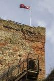 Οι καταστροφές της διαταγής Castle Livonia χτίστηκαν στο μέσο του 15ου αιώνα Μπαούσκα Λετονία το φθινόπωρο Λετονική σημαία Στοκ εικόνες με δικαίωμα ελεύθερης χρήσης