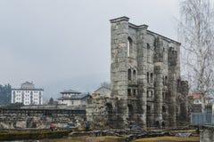 Οι καταστροφές του παλαιού ρωμαϊκού θεάτρου που χτίζεται προς το τέλος βασιλεύουν του Augustus σε Aosta, Ιταλία, μερικές δεκαετίε Στοκ Φωτογραφίες