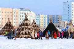 Οι κατοικίες Nenets ενάντια στην πόλη Στοκ Φωτογραφία