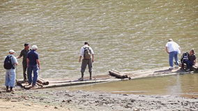 Οι καυκάσιοι τουρίστες επιβιβάζονται στο μεγάλο ξύλινο σύνολο στην τράπεζα λιμνών απόθεμα βίντεο