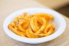 Οι καυτές τηγανιτές πατάτες εξυπηρετούν στο άσπρο πιάτο για το υπόβαθρο τροφίμων ή tex Στοκ εικόνες με δικαίωμα ελεύθερης χρήσης
