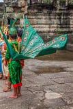 Οι καλλιτέχνες φορούν το παραδοσιακό κοστούμι στο ναό Angkor, Siemriep, Camb Στοκ φωτογραφία με δικαίωμα ελεύθερης χρήσης