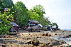 Οι καλύβες ψαράδων στον κόλπο Phak Nam Phi Phi φορούν το νησί Στοκ Εικόνα
