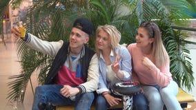 Οι καλύτεροι φίλοι ξοδεύουν το χρόνο μαζί, γελώντας και έχοντας τη διασκέδαση Στοκ εικόνες με δικαίωμα ελεύθερης χρήσης