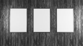 Οι κενές άσπρες αφίσες στον τοίχο στον κενό υπόγειο με τον ξύλινο πάγκο που το πάτωμα, χλευάζει επάνω τρισδιάστατο δίνουν στοκ φωτογραφία με δικαίωμα ελεύθερης χρήσης