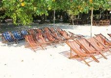 Οι κενές έδρες παραλιών χτύπησαν το νησί Yai Στοκ Φωτογραφία